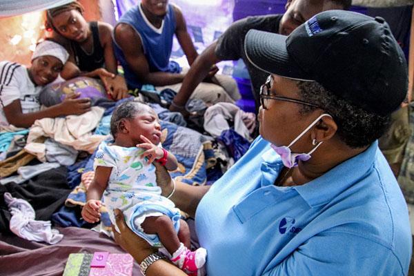Myrtha_Dór_verksamhetsansvarig_för_Star_of_Hope_Haiti_håller_i_Nice_Safir_Alexis.jpg