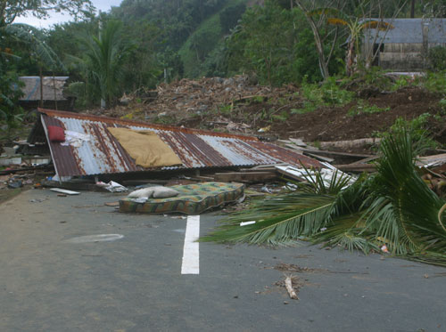 typhoon phylippines house in road